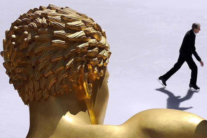 C'est le printemps ! Un dernier tour de piste, la patinoire du Rockefeller Center, à New York, va fermer pour quelques mois. La statue de Prométhée, elle, ne bouge pas.