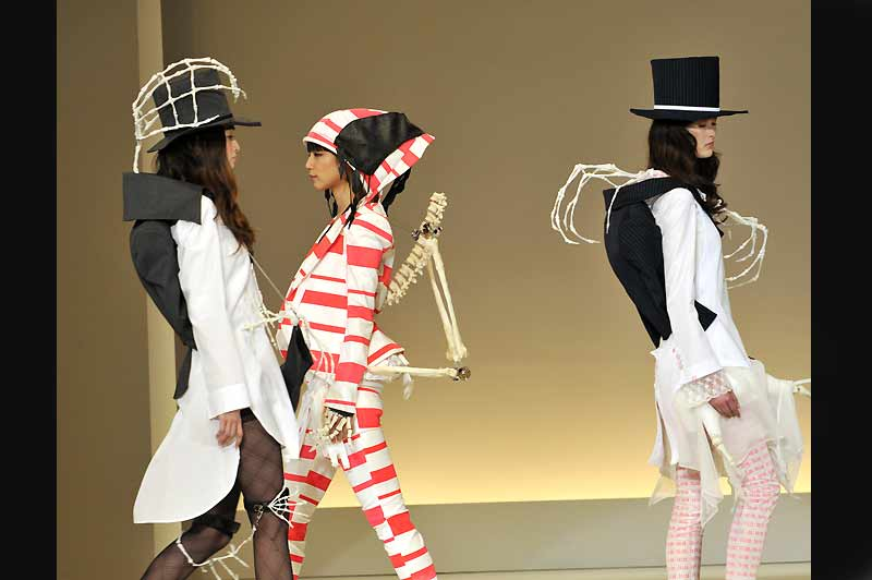 Défilé de mode pour un concours avec les créations du jeune Takumasa Akamaru So-en, au Bunka fashion college, à Tokyo.