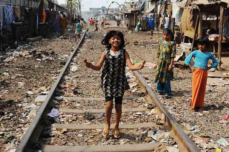 Rubina Ali Qureshi,  /><a href=''http://www.lefigaro.fr/culture/2009/04/21/03004-20090421ARTFIG00308-la-jeune-actrice-de-slumdog-millionnaire-a-vendre-.php'' target=''_blank'' > la petite actrice de «Slumdog Millionaire» </a></b> joue avec d'autres enfants dans le quartier pauvre de Behrampada, à Bombay. Son père nie avoir essayé de vendre sa fille.&nbsp;&raquo; height=&nbsp;&raquo;384&Prime; /></font></strong></p> <p align=