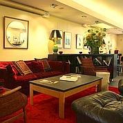 Caché au-dessus du cinéma art et essai, le Salon aménagé par Catherine Deneuve arbore un petit air de «comme chez soi». (