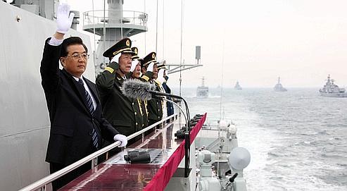 À bord du destroyer Shijiazhuang, le président chinois, Hu Jintao, a assisté jeudi au large de Qingdao à la célébration du 60e anniversaire de la création de la marine de l'Armée populaire de libération.