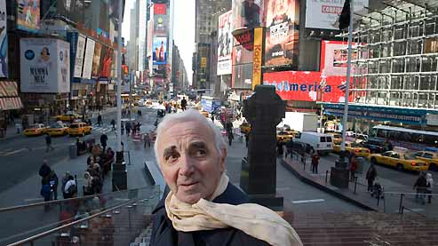 Charles Aznavour à Times Square, à quelques blocs du City Center où il chantera cette semaine.
