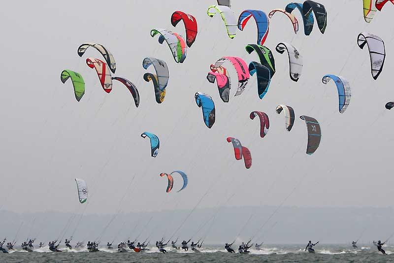 Durant quatre jours, les kiters ont pris possession de la plage Pereire et du Bassin d'Arcachon pour leur championnat de France. Une compétition placée sous le thème de l'écologie responsable et qui, malgré un temps maussade, a permis une envolée de couleurs.