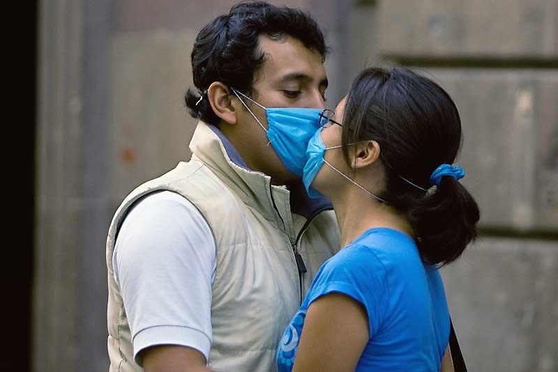 À Mexico, même les amoureux doivent prendre leurs précautions. Le virus de la grippe porcine, qui aurait fait plus de cent morts au Mexique, est arrivé en Europe avec un cas confirmé lundi en Espagne, alors que de nombreux pays à travers le monde prennent des mesures pour contenir l'épidémie.