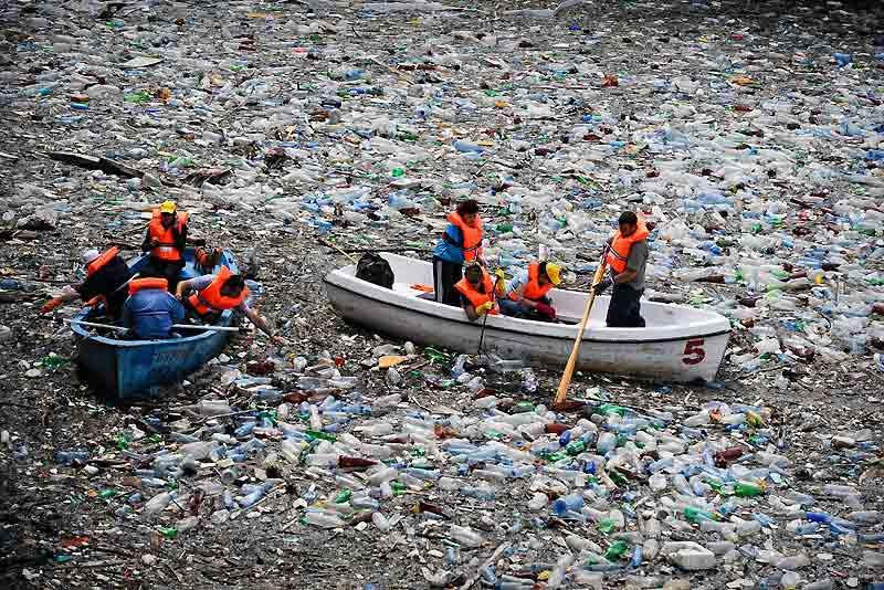 Quand une rivière est si polluée qu'on ne peut même plus voir l'eau s'écouler, il faut faire appel aux volontaires pour retirer à la main et sur de frêles embarcations, les immondices et autres bouteilles en plastique qui recouvrent la rivière de Vacha, en Bulgarie, près de la ville de Krichim.