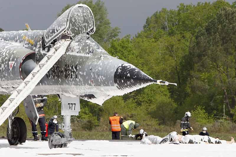Des pompiers de l'armée de l'air couvrent de neige carbonique un avion, mercredi, sur la base aérienne de Mont-de-Marsan dans le cadre d'un exercice d'alerte de sécurité nucléaire. L'exercice a été scénarisé après un incident survenu sur l'armement d'un avion mirage III en bout de piste de décollage