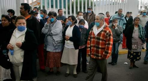 Des Mexicains font la queue, le visage protégé par un masque, devant l'hôpital de Toluca, à Mexico. Les Etats centraux du pays sont à éviter en cas de déplacement à l'étranger.