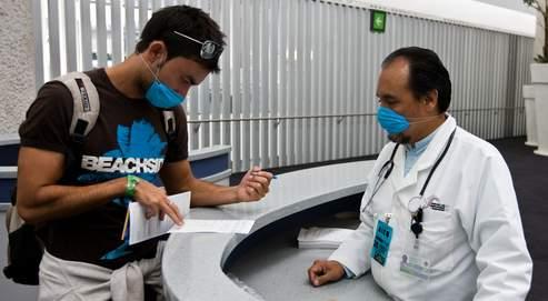 Un médecin renseigne un voyageur à l'aéroport de Mexico.