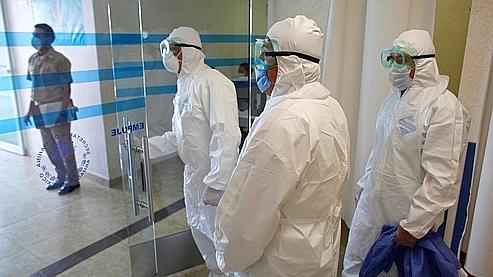 Des médecins équipés de combinaisons spéciales, dimanche, dans un hôpital de Mexico.