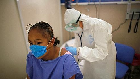 Une jeune femme suspectée d'avoir contracté le virus est examinée à l'hôpital naval de Mexico. Crédits photo : AP