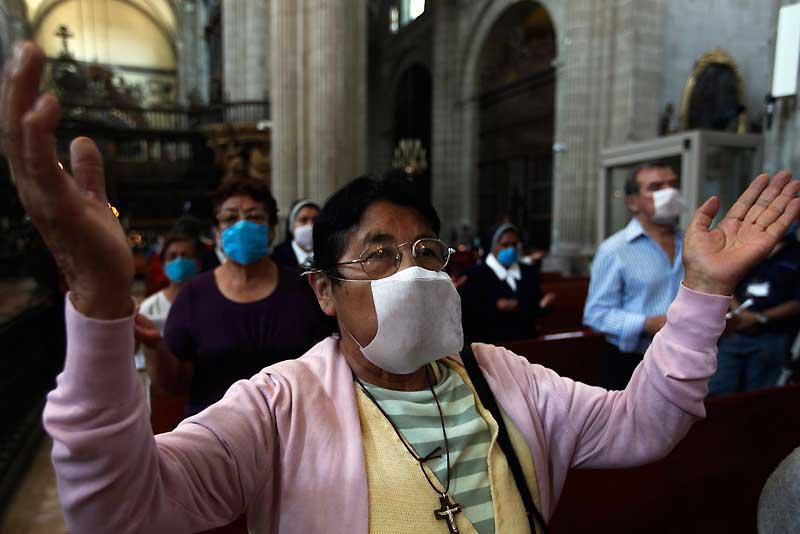Dans les quelques églises ouvertes, les Mexicains, masque sur la bouche, prient pour que la menace de grippe porcine cesse. Dehors, notamment à Mexico City, le temps semble s'être arrêté. Magasins fermés, à l'exception des pharmacies, restaurants et cinémas vides : chacun reste chez soi alors que masques et médicaments manquent cruellement. Après le Mexique, les Etats-Unis et le Canada ont été touchés. L'Europe est menacée. Cette grippe d'un nouveau type peut être soignée à condition d'être traitée rapidement avec des antiviraux. Mais personne n'est naturellement immunisé. D'où la menace d'une pandemie.