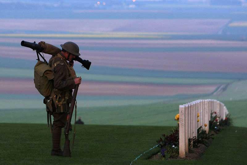 Au mémorial de Villers-Bretonneux, un soldat australien se recueille pendant les cérémonies du jour anniversaire du premier engagement des forces armées australiennes et néo-zélandaises à l'étranger, le 25 avril 1915 (Anzac Day). Trois ans plus tard, presque jour pour jour, le 24 avril à 22 heures, les soldats australiens s'attaquaient aux troupes allemandes pour reprendre Villers-Bretonneux. «Ils étaient magnifiques, rien ne semblait pouvoir les arrêter», racontera un officier allemand. Cet acte de bravoure marquera la fin de l'offensive allemande sur la Somme. Quarante-six mille Australiens sont morts sur le front entre 1916 et 1918.