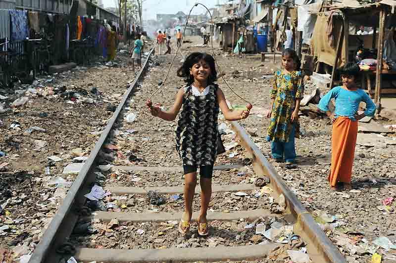 Son visage a ému des millions de spectateurs et éclairé d'une nouvelle lumières les terribles bidonvilles de Bombay. Mais Rubiana Ali Qureshi, la jeune actrice du film «Slumdog Millionaire», n'a toujours pas de chance et sa soudaine célébrité ne l'a pas rendue plus heureuse. Son père aurait dernièrement tenté de la vendre et c'est la mère de la fillette de 9 ans qui aurait porté plainte auprès de la police indienne. Une affaire sordide et confuse révélée par le magazine britannique News of the World. Danny Boyle, le réalisateur du film huit fois oscarisé, a décidé de lui venir en aide. Avec l'aide du producteur du long-métrage, il a promis de lui octroyer une bourse jusqu'à ses 18 ans.