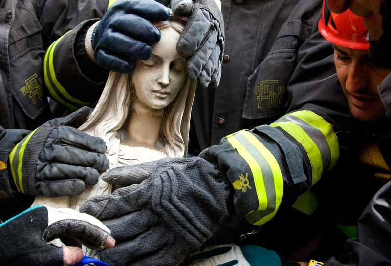 Alors que les rescapés du séisme qui a durement frappé les Abruzzes s'efforçaient tant bien que mal de célébrer les fêtes de Pâques, les pompiers qui poursuivaient les travaux de déblaiement ont découvert, lundi, une statue en marbre de la Vierge miraculeusement intacte. Elle était cachée sous les gravats de l'église de Paganica, près de la ville martyre de L'Aquila. Un peu partout dans la région, des milliers de déplacés ont assisté à la messe pascale dans les villages de tentes et les centres d'hébergement installés à la hâte par les autorités. Des prêtres ont donné la communion devant des autels improvisés et des secouristes ont distribué des œufs de Pâques aux enfants.