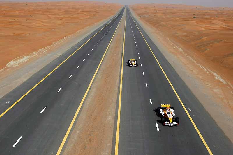 À gauche : le pilote de course Romain Grosjean. À droite, son homologue Adam Khan. Leurs voitures ? Des monoplaces 2008 de Renault F1 Team, les R28. Le lieu ? Quelque part sur une route dans le désert de Dubaï, le 9 avril dernier, à l'occasion d'un test grandeur nature, dans le cadre du Renault F1 Roadshow. Un événement annuel destiné à médiatiser le sport automobile et la Formule 1. Pour sa sixième édition, l'équipe Renault s'est produite pour la première fois dans l'émirat. Le temps d'une spectaculaire démonstration, les deux pilotes se sont offert une course-poursuite hors normes dans des paysages grandioses. Un lieu idéal pour tester le potentiel de la R28.