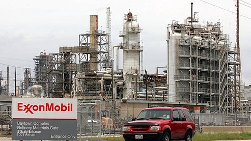 Le bénéfice d'ExxonMobil réduit de moitié