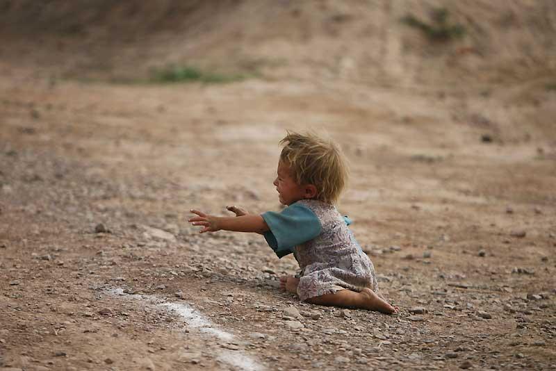Cet enfant appartient aux milliers de réfugiés qui fuient la zone des combats dans le Nord-Ouest du Pakistan, face à l'avancée des Talibans qui prônent le retour de la Sharia et occupent désormais une grande partie du territoire jouxtant les zones tribales frontalières avec l'Afghanistan.