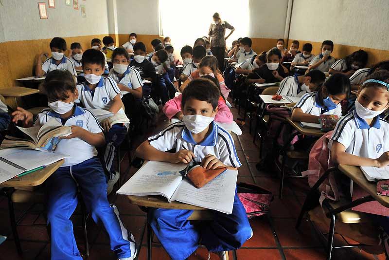 La Colombie a annoncé officiellement qu'un homme de 42 ans avait contracté le virus H1N1. Aussitôt, les enfants, comme dans cette école de Cali, se voient dans l'obligation de porter le masque contre la grippe porcine.