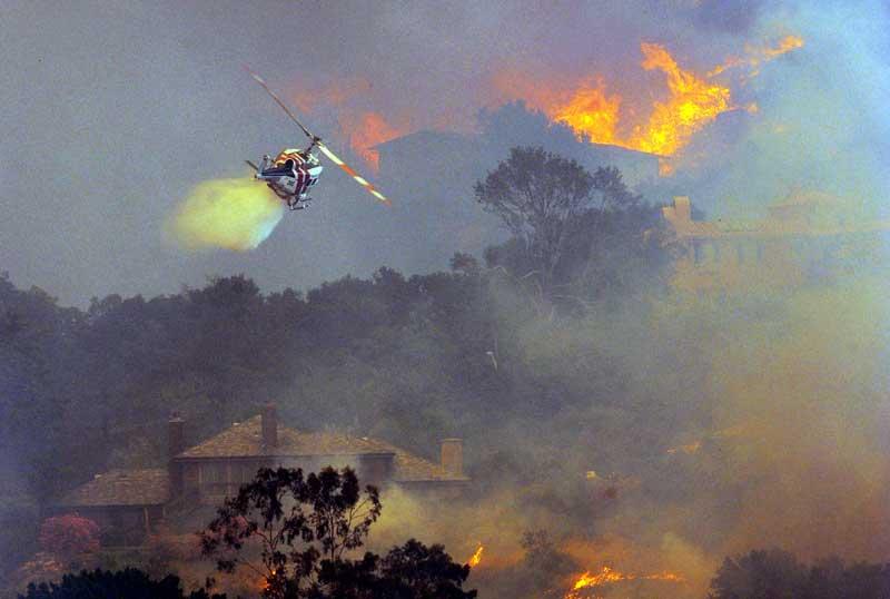 Un incendie attisé par des vents violents et la chaleur a détruit des habitations et forcé l'évacuation de milliers de résidents de Santa Barabara en Californie. Plusieurs propriétés de cette ville huppée ont été englouties par les flammes et la fumée.