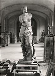 Les clichés de Pierre Jahan sur le déménagement du Louvre qui s'organisa dès 1939 : La Vénus de Milo encordée. (Musée du Louvre, fonds Aulanier)
