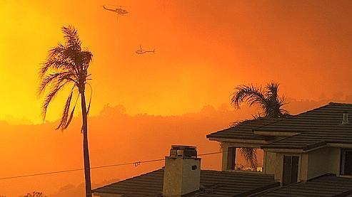 2.300 pompiers et 15 hélicoptères anti-incendie sont mobilisés pour lutter contre les flammes.