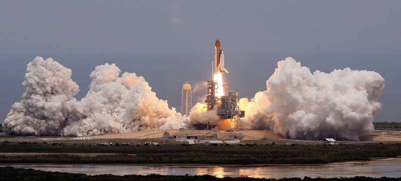 La navette spatiale américaine Atlantis a quitté Cap Canaveral lundi, emportant sept astronautes à son bord pour une mission de 11 jours destinée à entretenir et améliorer une cinquième et dernière fois le télescope spatial Hubble. La NASA espère que cette mission, la première depuis l'accident de Columbia en 2003, permettra d'apporter les améliorations nécessaires au fonctionnement du téléscope jusqu'en 2014, date à laquelle il devrait être remplacé.