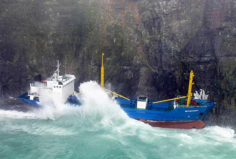 Tempête en mer de Norvège où le tanker russe « Petrozavodsk » a du batailler contre les vagues avant d'aller se jeter contre les falaises côtières, à hauteur de Bjoernoeya..