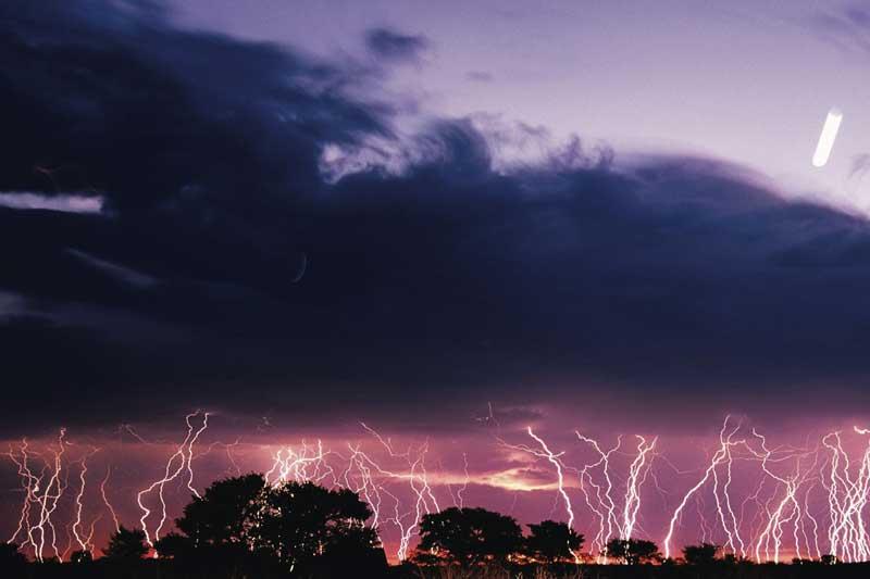 Orage tropical dans le désert du Kalahari en Afrique du Sud.