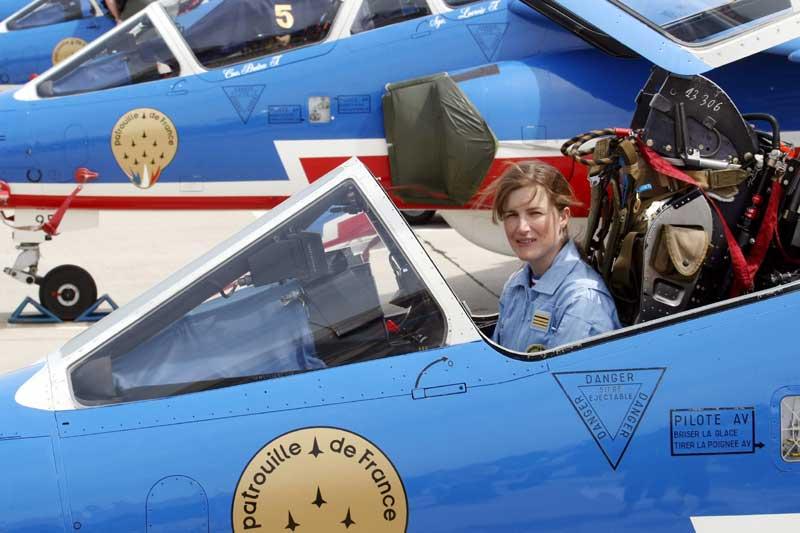 «La Patrouille de France, c'est comme une super cerise sur le gâteau»: sanglée dans la très exclusive combinaison bleu ciel de la prestigieuse formation, le commandant Virginie Guyot, 32 ans, multiplie les premières. Première femme à poser sa candidature pour rejoindre la «PAF» depuis sa création en 1953, elle est la première à l'intégrer cette année et sera, l'an prochain, la première femme pilote à en devenir «leader», sans doute aussi une première mondiale.