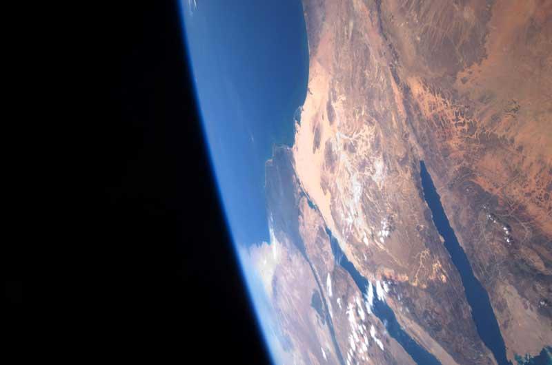 Les astronautes de la navette Atlantis ont effectué ce jeudi leur première sortie dans l'espace pour redonner un coup de jeune au télescope spatial Hubble.Ils en ont profité pour prendre cette image de la terre, plus précisément de la péninsule arabique.