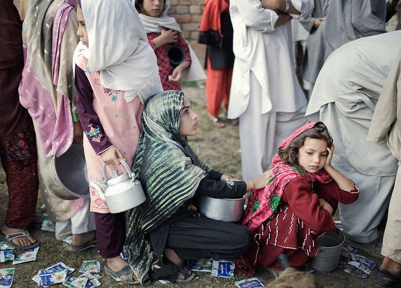 Ces fillettes qui patientent pour obtenir de l'eau potable dans un camp de l'ONU font partie des 360 000 villageois pakistanais récemment chassés de la vallée de Swat par l'offensive de leur armée contre les talibans. Lancée le 26 avril, cette opération vise à stopper la progression des combattants islamistes liés à al-Qaida qui avaient profité du dernier «accord de paix» (dénoncé par les Etats-Unis) pour s'emparer de deux nouveaux districts et s'approcher à moins de 100 km de la capitale, Islamabad. L'ONU redoute un afflux de 800 000 réfugiés pakistanais vers ses camps avant la fin de l'année 2009 et appelle à «un effort humanitaire mondial» en leur faveur.