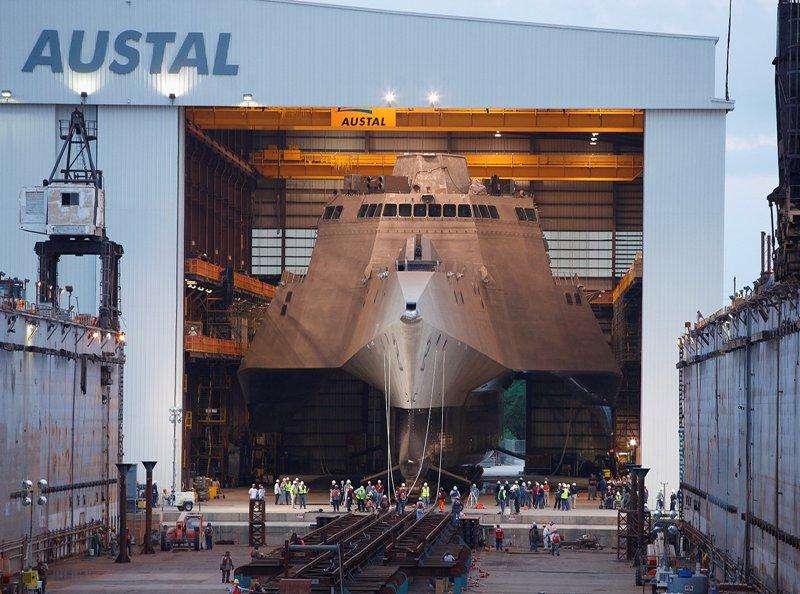 Tout droit sorti de l'univers de Jules Verne ou de James Bond, cet extraordinaire trimaran d'aluminium est le premier exemplaire de la nouvelle flottille de 55 navires de guerre côtiers commandés par la marine américaine. Baptisé Independence, il peut transporter une véritable armada, dans ses flancs comme sur son pont, dont les plus gros hélicoptères qui existent. L'US Navy manquait jusqu'à présent de ce type de navires, capables de patrouiller au plus près des côtes américaines, avec une énorme puissance de feu et une très grande vitesse d'intervention. Construit en Alabama par une société australienne, l'Independence quitte ici son hangar de naissance pour être mis à l'eau.
