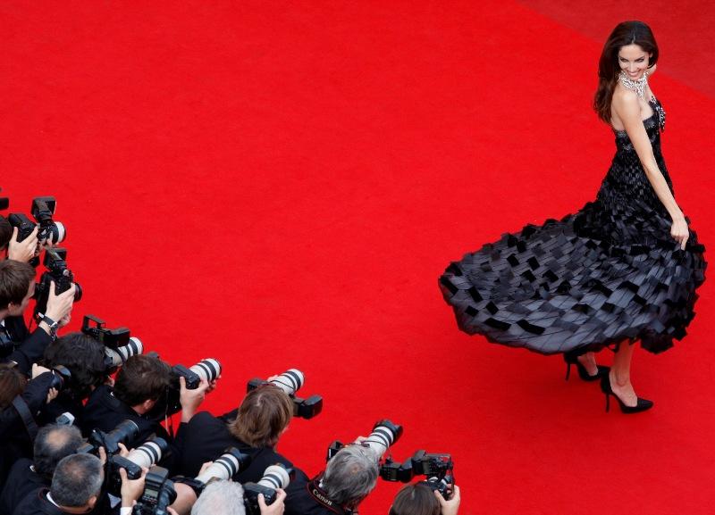Glamour toujours, le 62e festival de Cannes s'est ouvert mercredi 13 mai. Hordes de fans et photographes étaient au rendez-vous pour accueillir acteurs et réalisateurs, parmi lesquels nombre d'habitués: Quentin Tarantino, Pedro Almodovar, Lars von Trier... Ici, le top-model espagnol Eugenia Silva perpétue la tradition de la pose photo sur l'un des plus célèbres tapis rouges du monde.