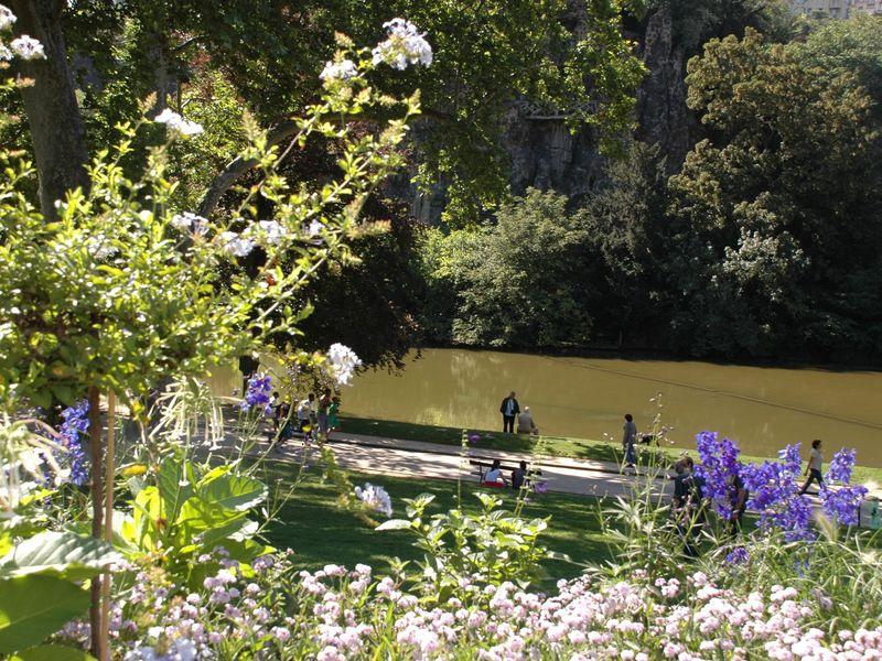 Edifié sous l'impulsion de Napoléon III, qui décida de transformer d'anciennes carrières de gypse en somptueux jardin, le Parc des Buttes-Chaumont fut inauguré en 1867. Creusant un lac et une grotte ornée de fausses stalactites, faisant jaillir des cascades et des ruisseaux, ses concepteurs en firent un parc romantique, encore très apprécié aujourd'hui par les familles et les amoureux.