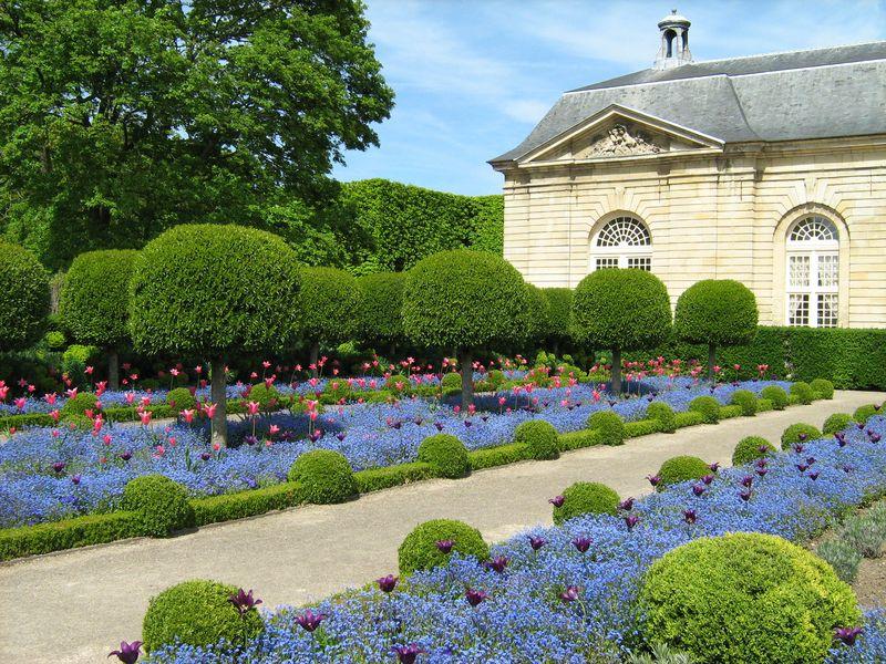 Symbole des grands jardins ''à la française'' du XVIIe siècle, le parc de Sceaux, dans les Hauts-de-Seine, semble construit autour d'une structure rigoureuse et classique. Pourtant, une multitude de jardins le composent, et il offre de multiples perspectives sur le paysage, les bosquets, les jeux d'eau de la cascade et des bassins ou encore le Grand Canal.