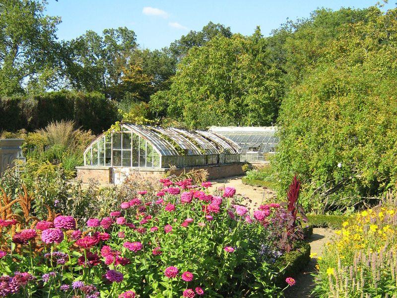 Le Parc du château de Saint-Jean de Beauregard dans l'Essonne comprend une partie à la française avec son tracé du 17e siècle et une partie paysagère à l'anglaise. Les essences principalement représentées sont les charmes, les marronniers, ainsi que des chênes et des tilleuls centenaires.Il comprend également un potager fleuri du 17e siècle planté de légumes rares et anciens.