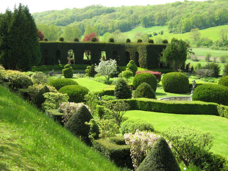 Les jardins d'Ambleville dans le Val d'Oise sont inscrits au titre des monuments historiques et classés ''jardins remarquables''. Composés de quatre terrasses dont la structure remonte au temps de la Renaissance, ils abritent de magnifiques échantillons d'art topiaire (sculpture végétales).