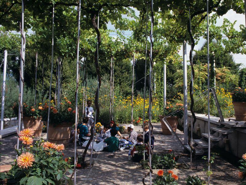 Le Jardin de la Treille, l'un des dix jardins à thème du Parc de la Villette, est une invitation au rêve pour les adultes et le point de départ d'activités ludiques pour les enfants.