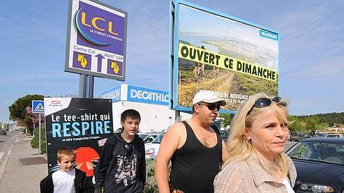 Des consommateurs se rendent dans un des magasins de la zone commerciale de Plan-de-Campagne, fin avril 2008.