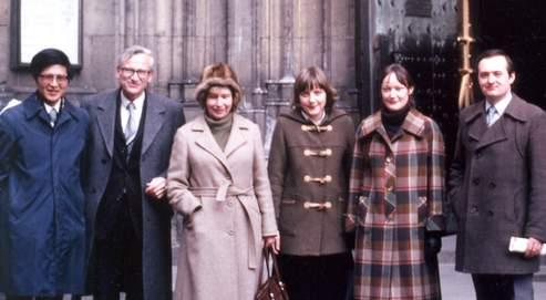 Angela Merkel (3e en partant de la droite), à Prague en 1982, entourée de deux professeurs de physique, la matière qu'elle étudiait à l'université.