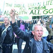 Mardi, les défenseurs du mariage gay ont défilé le long d'une grande artère proche de la Cour suprême, bloquant le trafic. (AP)