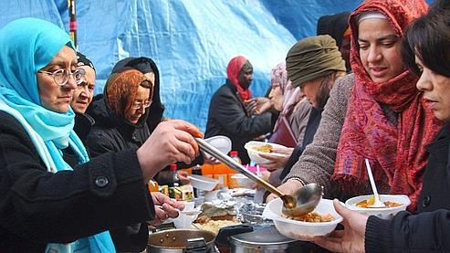 Des mal-logées le 25 novembre 2007 rue de la Banque à Paris. (Joël Saget / AFP)