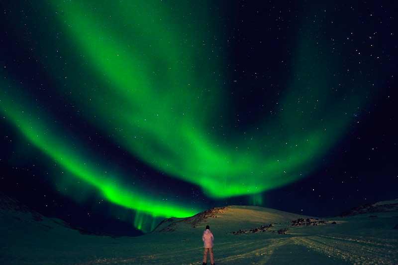 Par une nuit polaire au Groenland, le ciel se pare de lueurs quasi spectrales. Loin de tout cadre urbain, l'irréel devient concret et nos préoccupations quotidiennes s'évaporent.