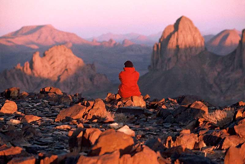 Théodore Monod aimait s'y ressourcer... Face au massif de l'Atakor en Algérie, l'ermitage du père de Foucault invite à la méditation.