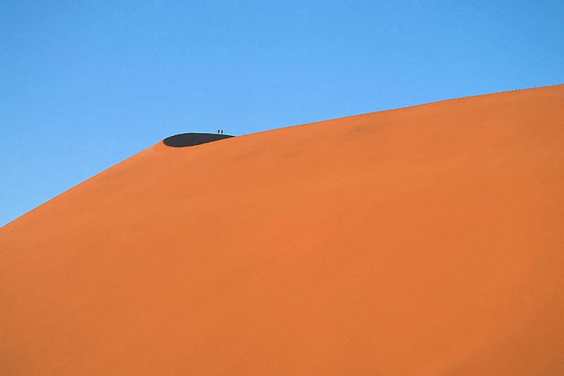 Sur les dunes de Sossusvlei, en Namibie, l'individu s'efface pour se fondre dans l'infini.