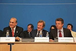 Bernard Kouchner et Alain Joyandet jeudi à Paris, lors de la conférence internationale consacrée aux financements innovants pour l'aide au développement.