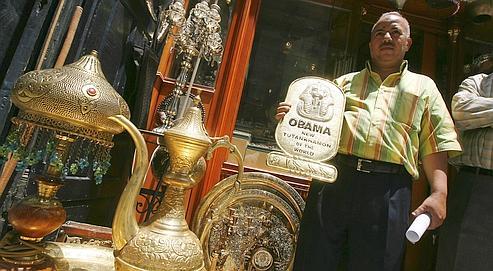 Un commerçant du Caire a présenté lundi une plaque souvenir qualifiant Barack Obama de «nouveau Toutankhamon du monde».