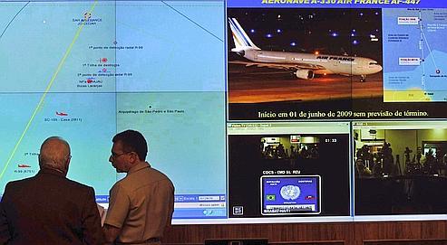 Le ministre brésilien de la Défense, Nelson Jobim (à gauche), devant un diagramme représentant la zone du crash, mercredi à Brasilia.