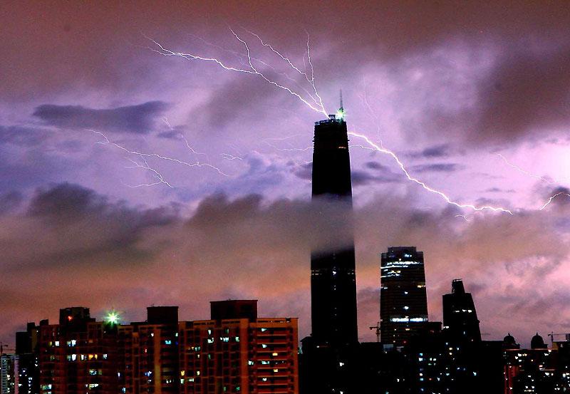 La foudre s'abat sur l'une des plus grandes tours de Guangzhou (432 mètres), dans le Sud de la Chine. Simple coïncidence ? L'immeuble touché n'est autre que le siège du Centre International de la Finance. La Chine connaît depuis quelques mois sa plus grosse récession en raison de la crise que traverse l'économie mondiale.