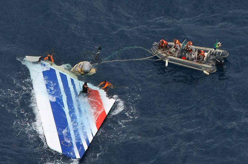 Dix-sept corps ont été retirés des eaux de l'Atlantique au cours du week-end par l'armée brésilienne, et des dizaines de composants de l'avion ont été récupérés pour tenter d'expliquer la disparition mystérieuse du vol AF 447 Rio-Paris, il y a une semaine. Le vol s'est abîmé avec 228 personnes à bord.
